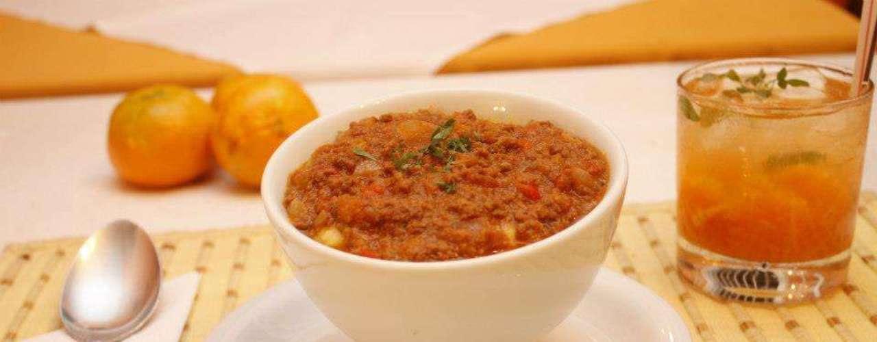 Uma das opções sugeridas pelo Consulado Mineiro é a polenta ao molho de tomates frescos, cebola, pimentão vermelho e cheiro verde com carne moída. A porção acompanha caipirinha de tangerina com manjericão, feita com cachaça artesanal mineira