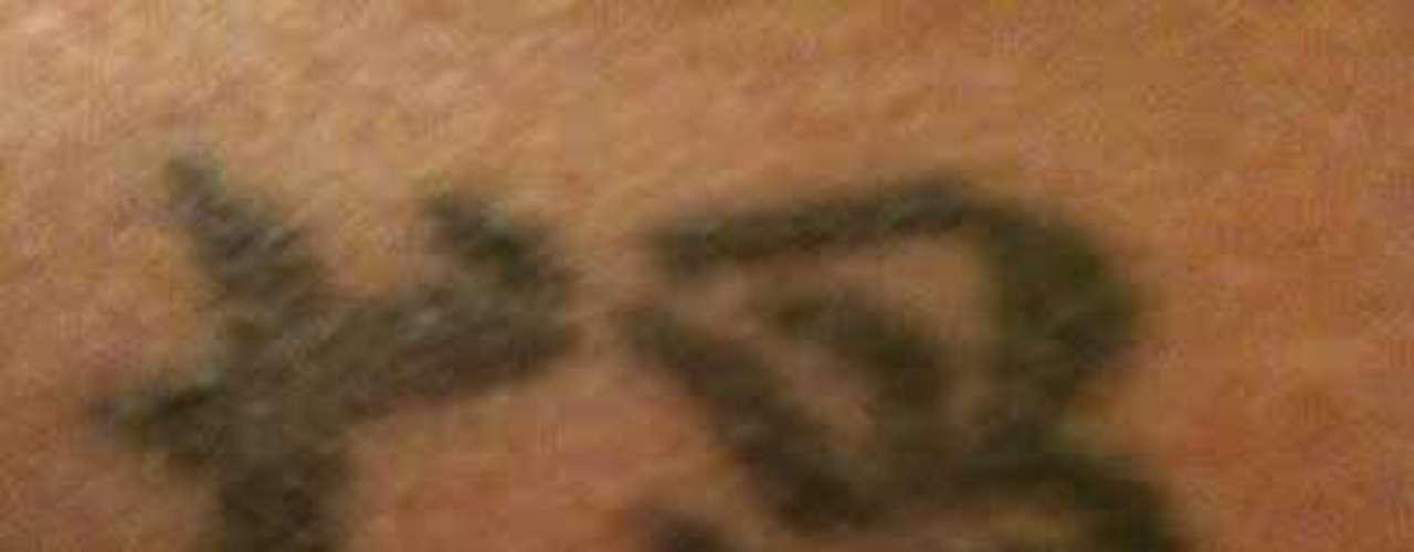 Antes de tatuar símbolos orientais, as pessoas muitas vezes pecam na pesquisa e acabam tendo uma surpresa desagradável quando descobrem o verdadeiro significado do desenho. O site Hanzi Smatter traduz algumas imagens enviadas por internautas. Esta, por exemplo, pensava ter a palavra \
