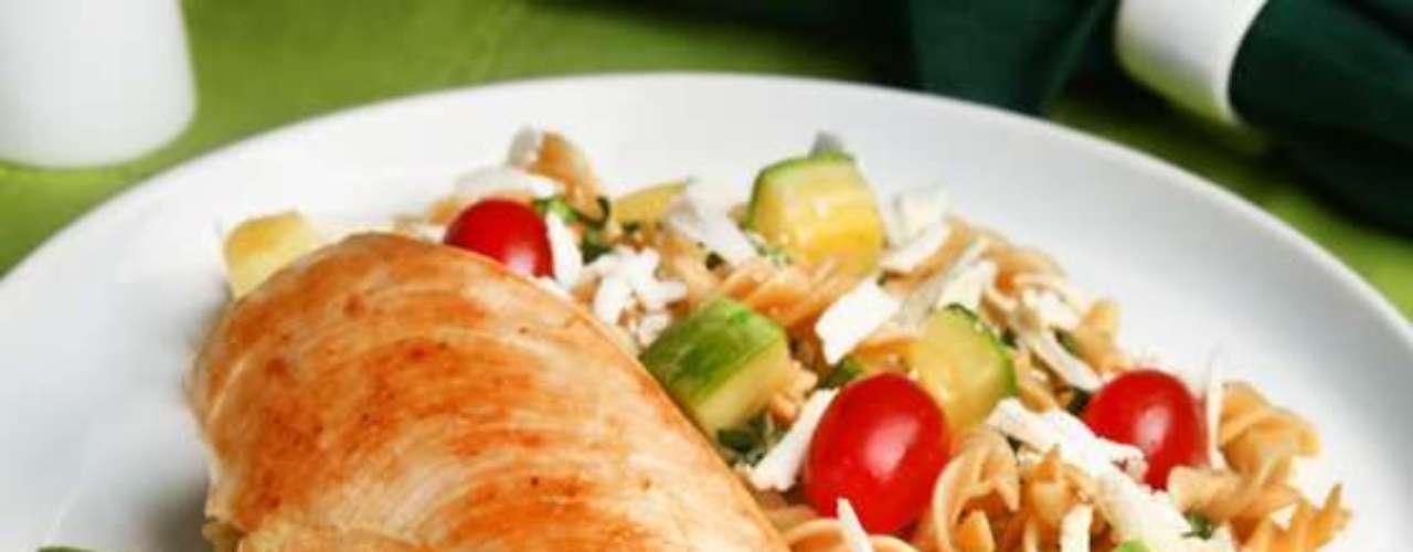 Filé de frango com salada de macarrão integral