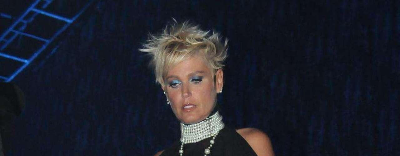 Quando adotou os fios curtinhos, Xuxa variava o visual entre cabelo arrepiado ou natual