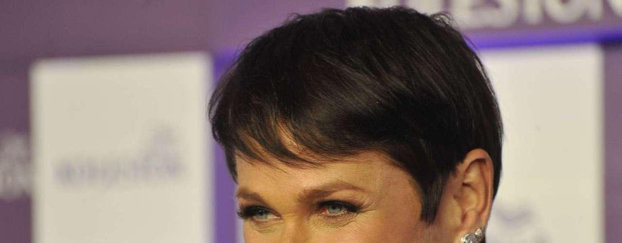 Nesta quarta-feira (22), Xuxa impactou ao pintar o cabelo de castanho escuro, como parte de uma ação comercial com a marca de tinturas Wella, pela qual recebeu R$ 2 milhões