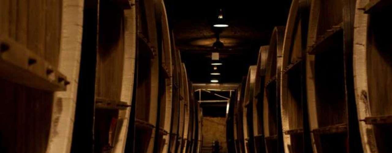 6. Maturação: o whisky é armazenado em barris de carvalho para ser envelhecido por no mínimo três anos nos galpões das destilarias escocesas. É nesta etapa que ganha cor e boa parte do seu sabor final