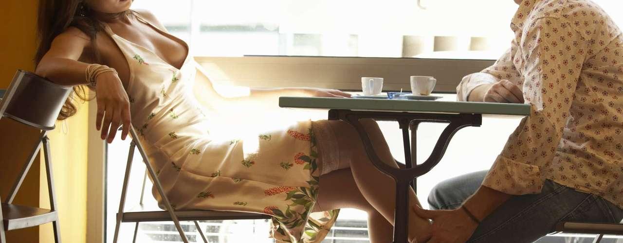 Para apimentar ainda mais a viagem, faça um esquenta nos dias anteriores, enviando mensagens de texto sensuais para o telefone dele. Sussurar frases quentes no ouvido durante o caminho ou em público também irá deixá-lo ainda mais ansioso para chegar logo ao destino