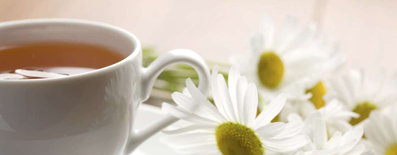 Chá de camomila (1 xícara): 0 caloria (sem açúcar ou adoçante)/ 0,1 caloria (3 gotas de sacarina) /20 calorias (1 colher de café de açúcar)