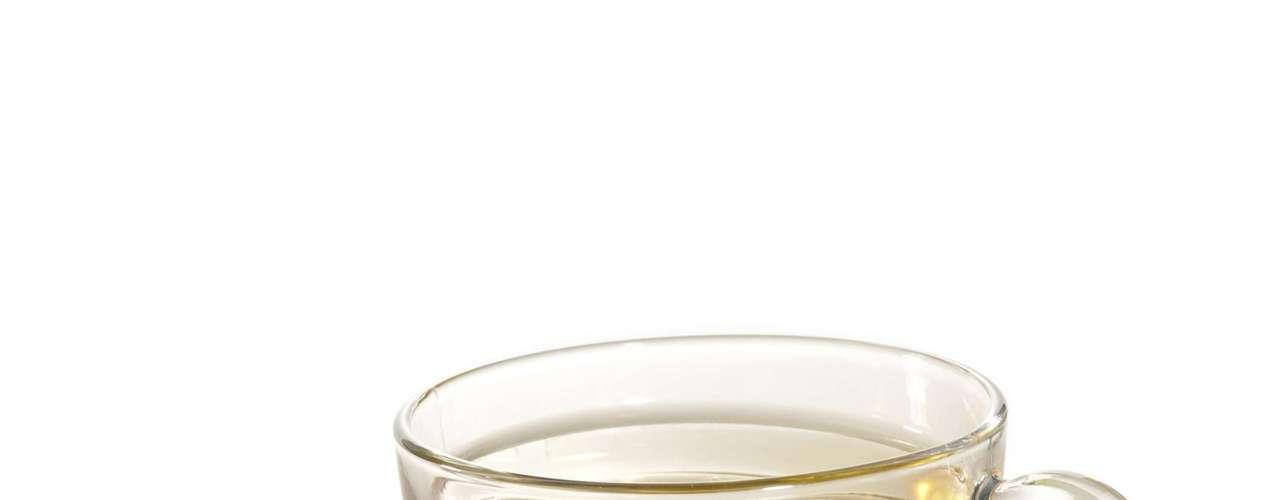 Chá-verde (1 xícara): 0 caloria (sem açúcar ou adoçante) / 0,1 caloria (3 gotas de sacarina) /20 calorias (1 colher de café de açúcar)