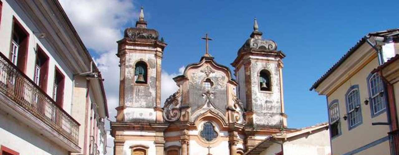 Igreja Matriz de Nossa Senhora do Pilar, Ouro Preto: erguida em torno de uma capela de 1696, a Igreja Matriz de Nossa Senhora do Pilar é uma das mais famosas e belas de Ouro Preto. A igreja também recebe desde o ano 2000 o Museu de Arte Sacra da Cidade, com mais de oito mil peças dos séculos 17 a 19
