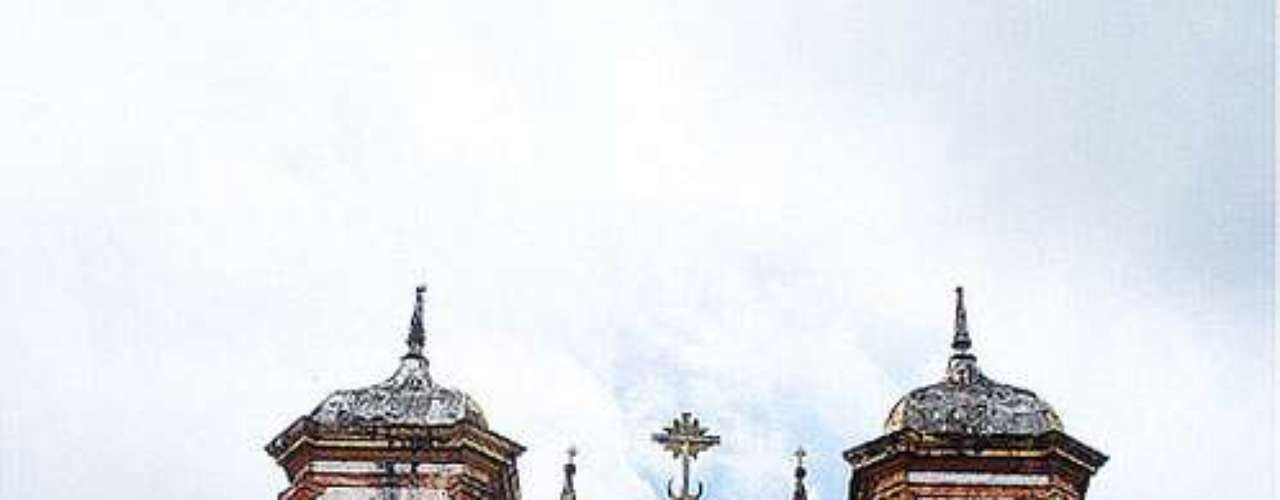 Matriz de Nossa Senhora da Conceição de Antônio Dias, Ouro Preto: construída entre 1727 e 1746, a Igreja Matriz de Nossa Senhora da Conceição de Antônio Dias é uma das mais antigas de Minas Gerais. Aleijadinho e seu pai, responsável pelo projeto da Igreja, estão enterrados no local, junto com outras figuras célebres. A igreja tem numerosas obras de arte sacra com pinturas, esculturas, e belos altares talhados, além de albergar o Museu Aleijadinho, com um grande acervo do escultor