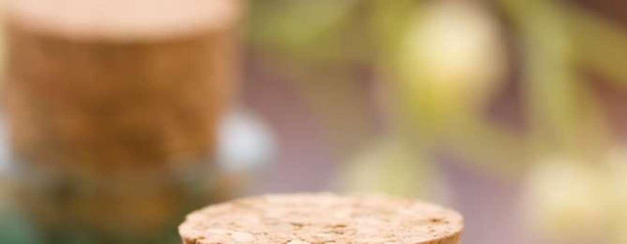 Com poderosa ação antibactericida e antifúngica, ativo extraído da planta australiana, árvore-de-chá. funciona como um eficaz adstringente natural quando aplicado sobre a pele