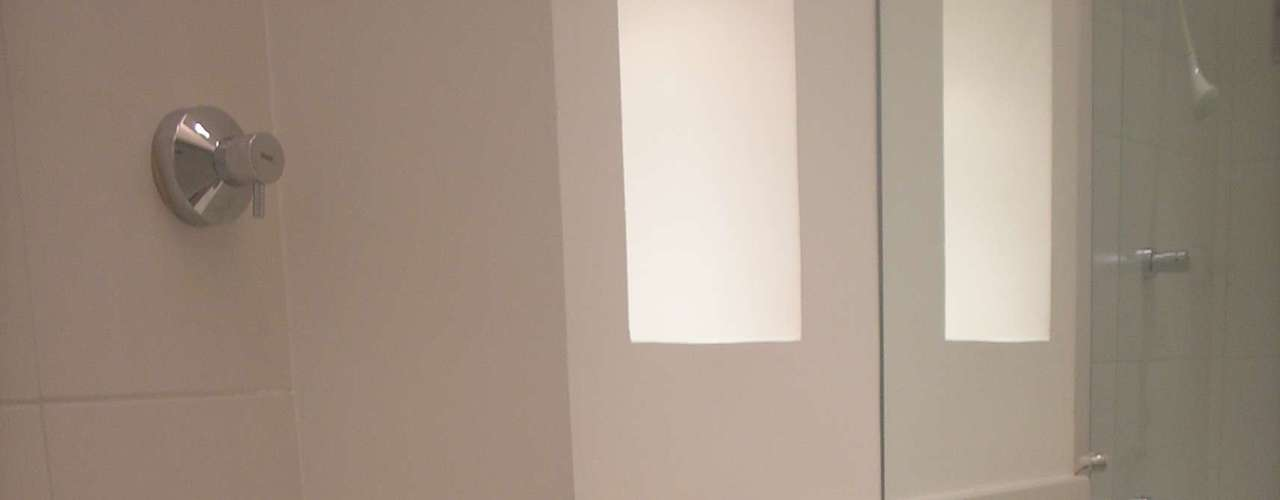 O rolo de papel higiênico fica embutido no móvel, para economizar espaço. O balcão do banheiro também foi feito em silestone