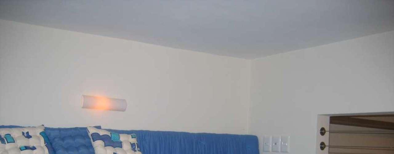 Um futon feito sob medida foi encomendado para servir de colchão para as quatro meninas. O tom azul remete ao litoral carioca, e faz par com o grande painel que existe na parte de baixo do imóvel