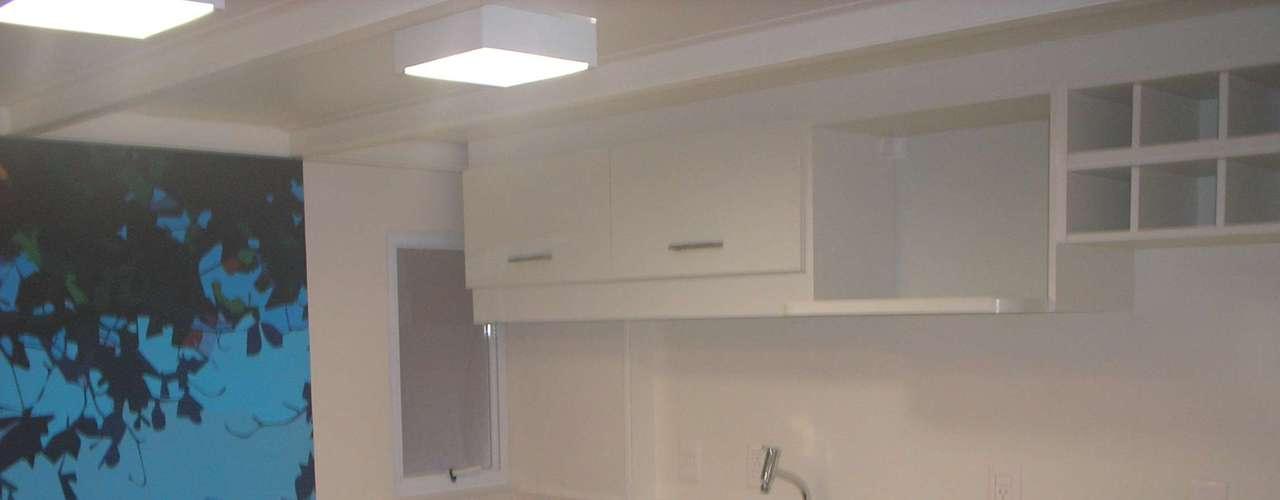 Antes, a cozinha era um ambiente fechado, o que tomava muito espaço no apartamento. Depois da reforma, ela foi completamente integrada ao resto do ambiente