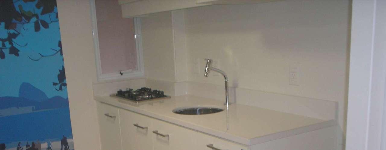 O móvel da cozinha foi desenhado pelas arquitetas e feito sob medida. Ele é de silestone, material artificial muito resistente, feito de resina e pó de mármore. Além disso, optou-se por usar cooktop em vez de um fogão normal, que ocuparia muito espaço