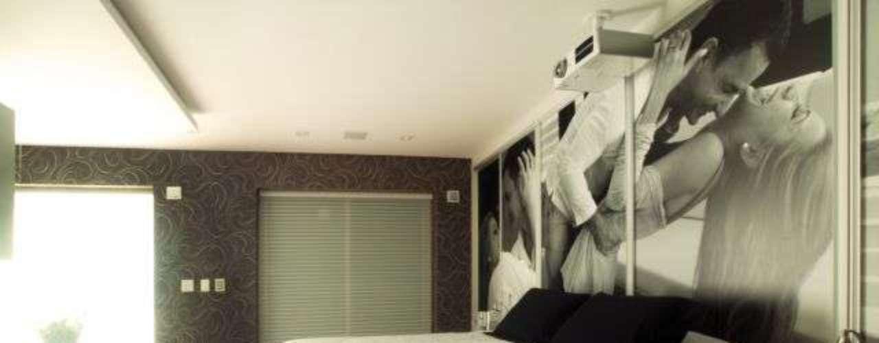 No quarto do casal concebido pela arquiteta Cristiane Schiavoni foram feitos painéis com fotos de momentos felizes e apaixonados. Informações: (11) 3649-4900