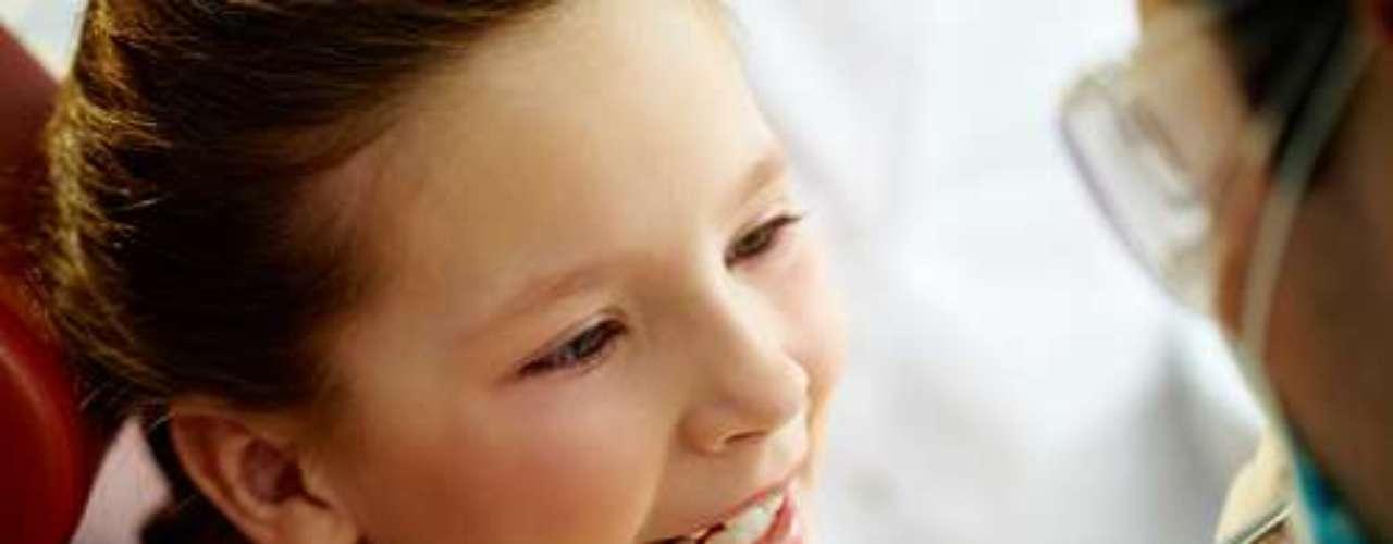 Os odontopediatras estudam variadas técnicas de abordagem para cuidar da saúde dos pequenos, mas basicamente é necessário que a criança se sinta segura e demonstre simpatia pelo profissional