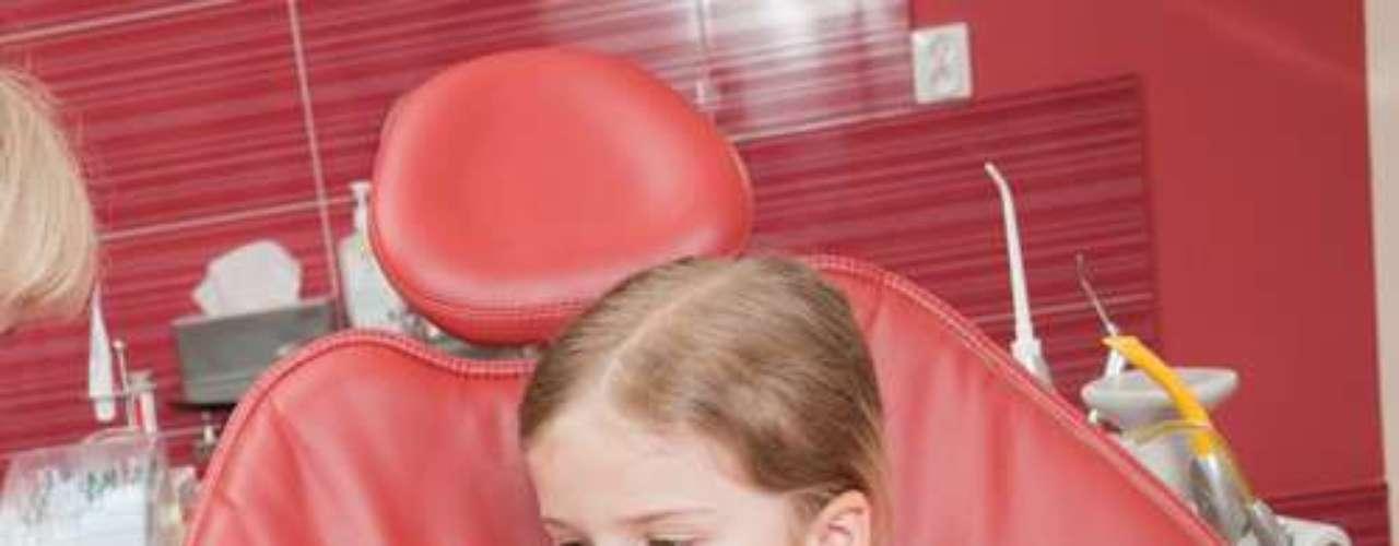 O importante é ensinar os pais e a criança que cuidar dos dentes é um ato básico de higiene e torná-lo prazeroso. Isto pode ser feito com explicações lúdicas para que, mais que fazer o ato mecânico de higienizar os dentes, entenda o porquê e como deve fazer de forma correta