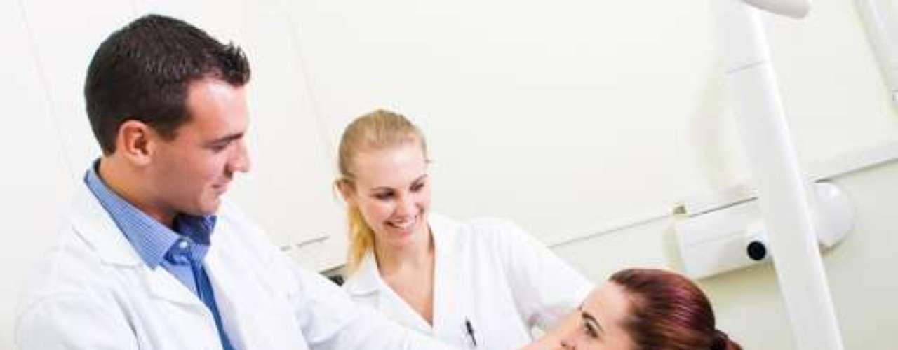 Se o adulto tem dificuldade de se sentir à vontade com um dentista esse trauma deve ser trabalhado e resolvido. É preciso devolver a saúde oral e a felicidade de sorrir a essa pessoa, com tratamentos específicos, auxílio de sedação profunda e terapias
