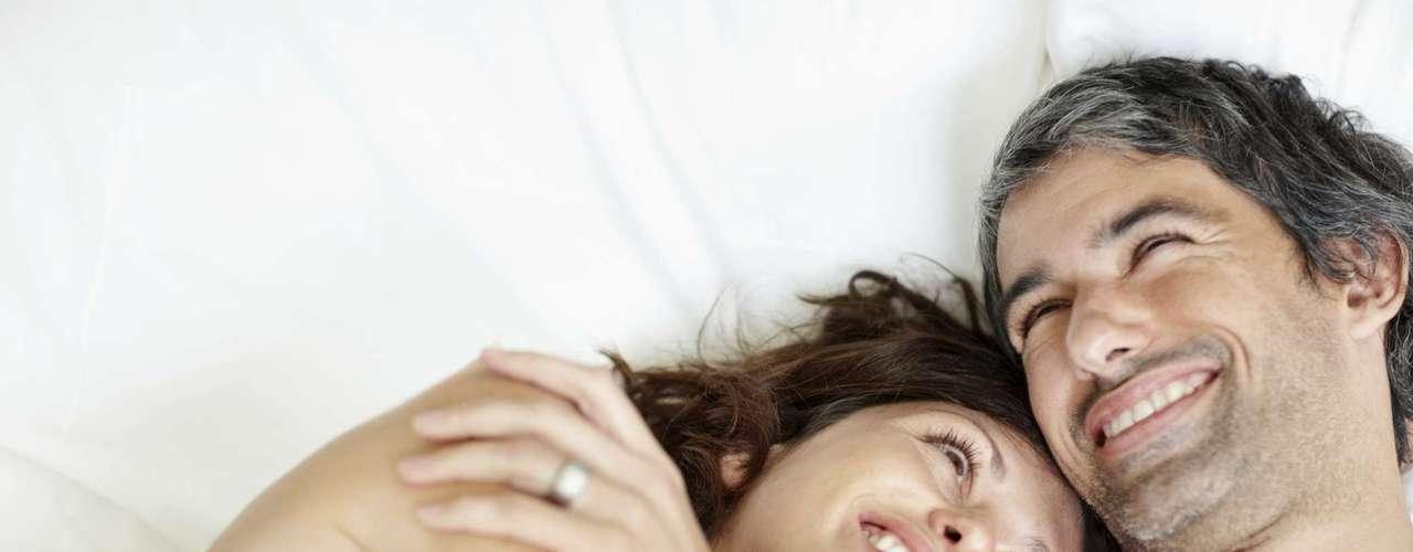 Conte uma piada: homens adoram mulheres delicadas, mas uma piada suja de vez em quando ajuda a deixar o clima mais gostoso. Afinal, o humor é muito sexy