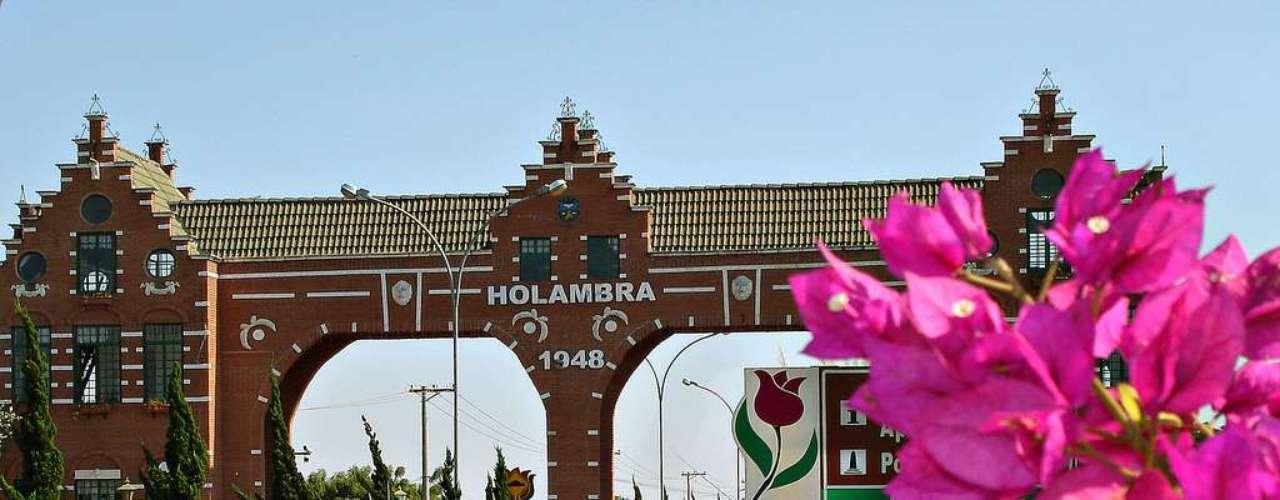 Holambra: é possível se sentir na Holanda a apenas 140 km de São Paulo. Colonizada por holandeses, Holambra tem casas coloridas inspiradas na arquitetura do país europeu, moinhos e, assim como na Holanda, uma grande produção de flores. As flores de Holambra representam cerca de 40 % da produção nacional e estão presentes por toda a cidade
