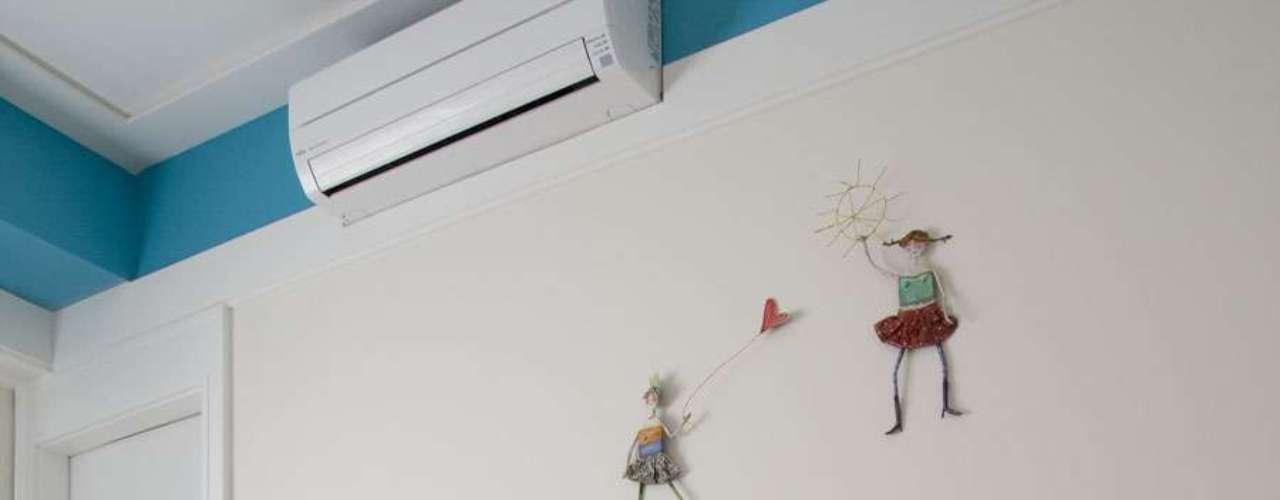Aqui, os bonequinhos na parede substituem quadros e bibelôs e deixam o quarto com uma cara infantil, mas sem exageros