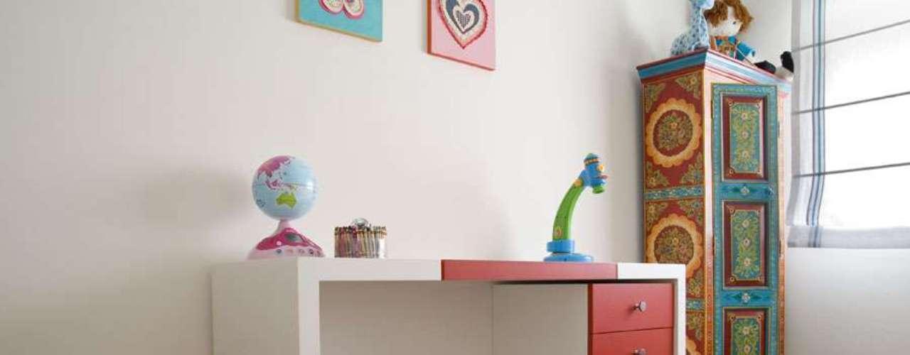 Neste cômodo, o mobiliário segue duas tendências atuais: reaproveitar peças, fazendo uma pintura mais personalizada ou um efeito com pátina, e usar mobiliário branco, que acompanha as diferentes fases do quarto ao longo da vida da garota