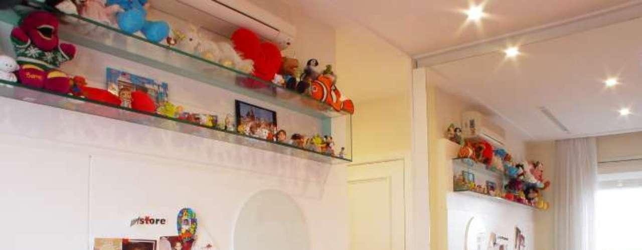 Toda menina adora uma mural para colocar fotos, bilhetes ou adesivos. Para não pesar na decoração, a prateleira de vidro foi uma boa escolha