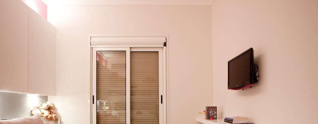 A TV fixada à parede economiza espaço