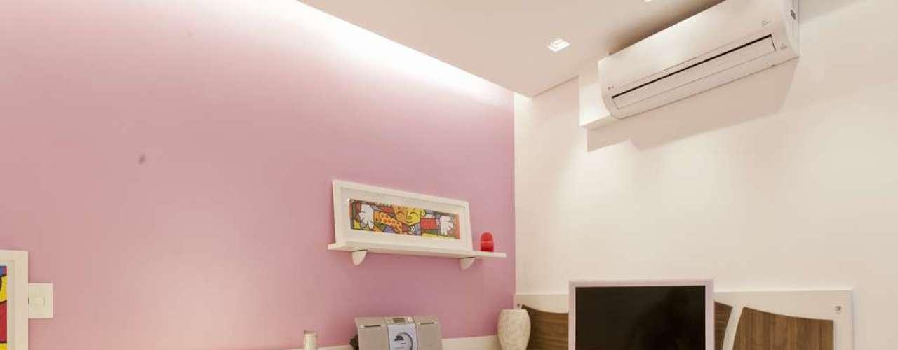 No quarto projetado pela arquiteta Mayra Lopes, a bancada em L permite acomodar duas pessoas e aproveita todo o espaço da parede. Informações: (11) 3031-9490