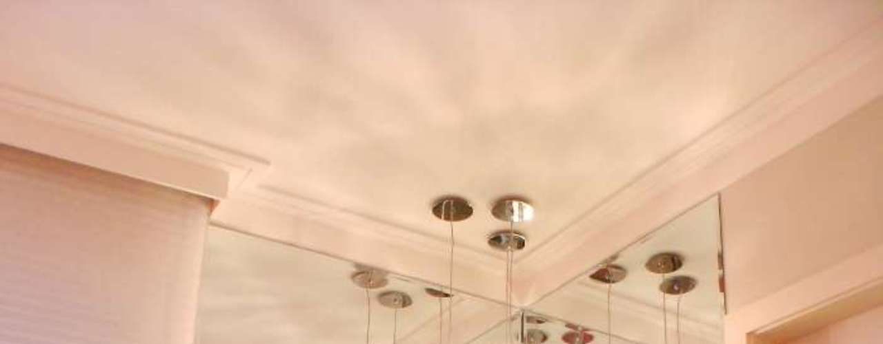 Este quarto, projetado pela designer Maria Fernanda Pitti, mostra que é possível fazer uma decoração chamativa e feminina sem usar o rosa. Informações: (11) 3884-6176