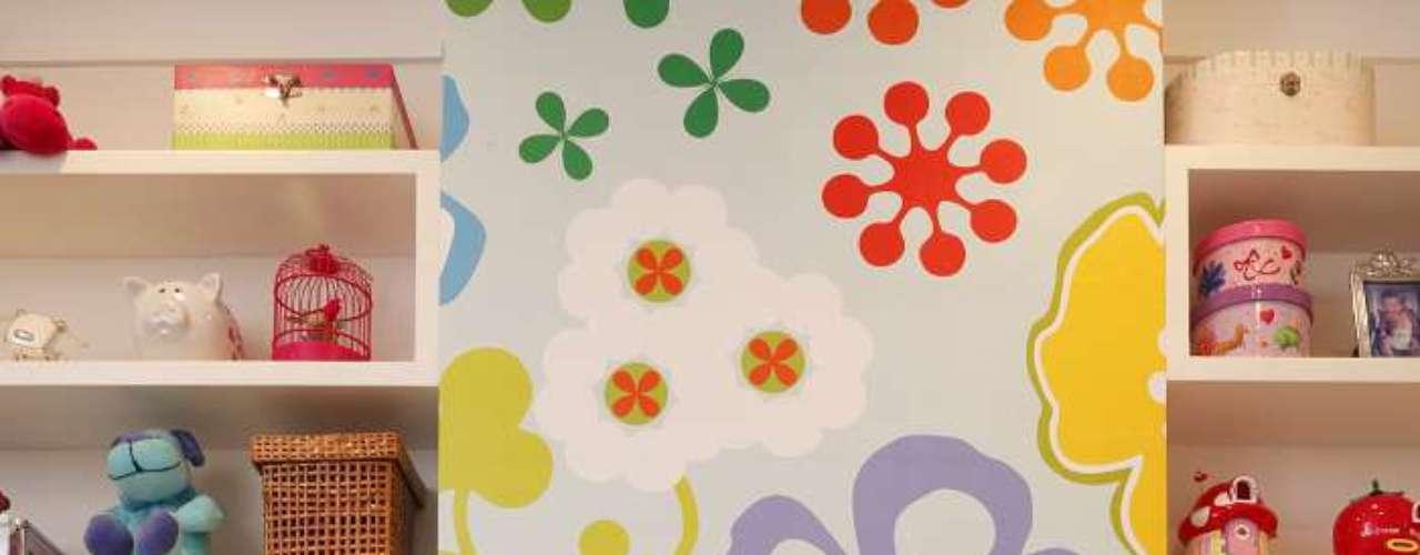O papel de parede é uma maneira prática de decorar quartos de meninas: pode ser substituído por outra estampa ou coberto por tinta quando desbotar ou quando a dona do quarto enjoar