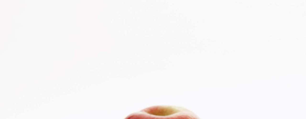 Pode combater câncer - Em 2004, uma pesquisa francesa, divulgada no 'WebMD', descobriu que uma substância da maçã é capaz de ajudar na prevenção ao câncer de cólon. Um novo estudo, realizado em Cornell, EUA, em 2007, encontrou compostos adicionais, chamados triterpenóides, que parecem lutar contra o câncer de cólon, fígado e mama