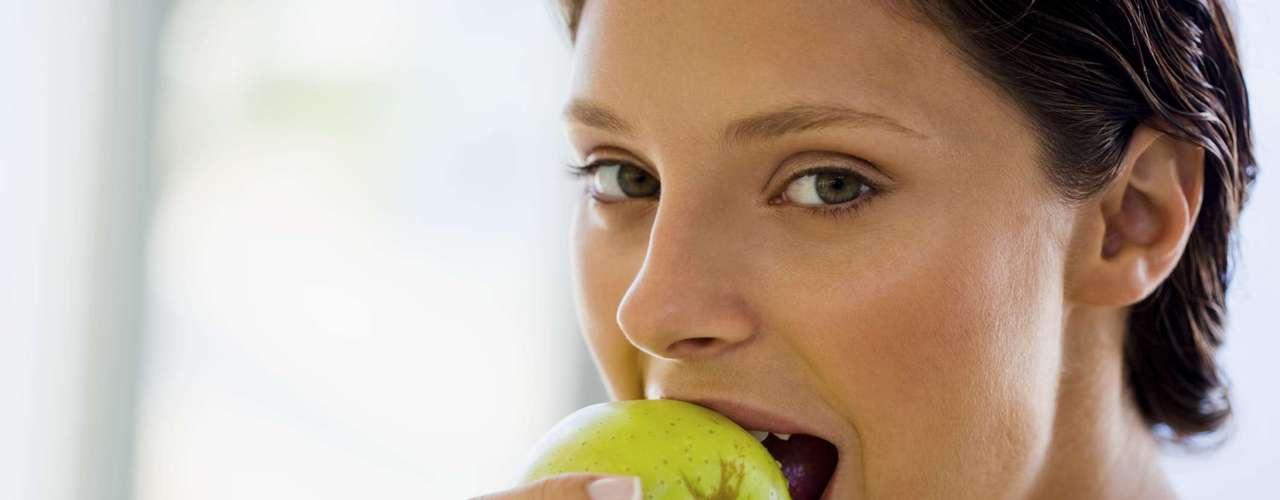 Mantém você saciado - A presença de fibras na maçã também faz com que ela deixe você saciado por mais tempo sem que precise consumir muitas calorias (95 em uma fruta média). O nosso corpo demora mais para digerir fibras complexas do que matérias simples como açúcar ou cereais refinados. Qualquer alimento com pelo menos três gramas de fibras é uma boa fonte de nutrientes, já que a maioria das pessoas deve consumir de 25 a 40 gramas por dia