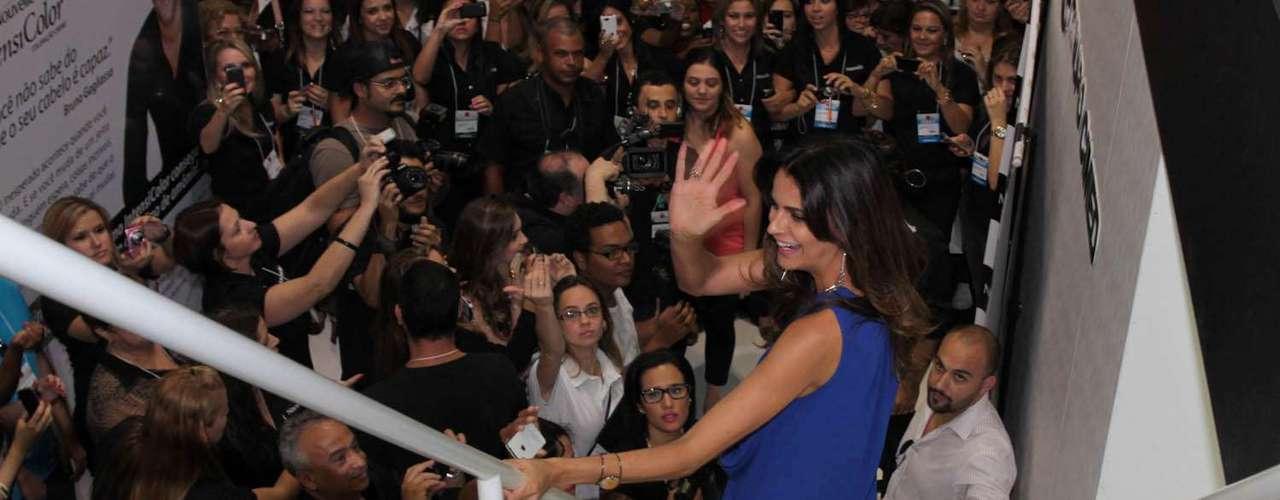 Fernanda Motta acenou para os fãs durante sua passagem no evento