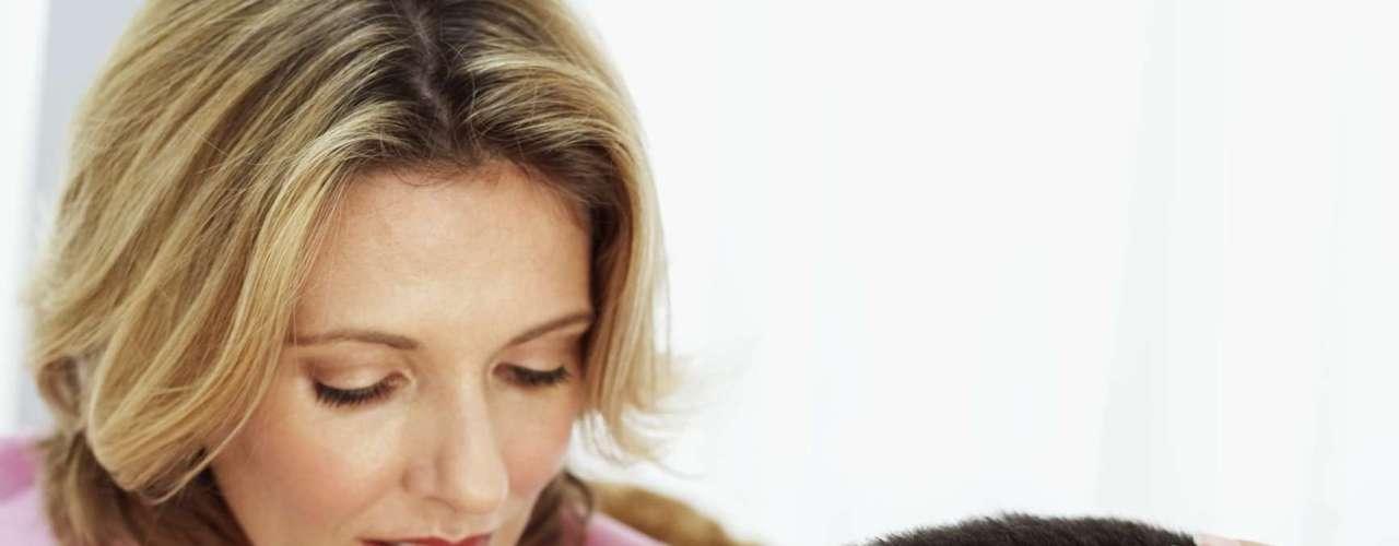 Previne problemas respiratórios - Segundo a revista 'Heath', comer pelo menos cinco maçãs por dia pode melhorar a função pulmonar. Provavelmente graças a um antioxidante chamado quercetina encontrada na pele de maçãs, cebolas e tomates, informou a 'BBC'. E os benefícios para respiração não param por aí: um estudo de 2007 descobriu que as mulheres que comem muito dessa fruta são menos propensas a ter filhos com asma