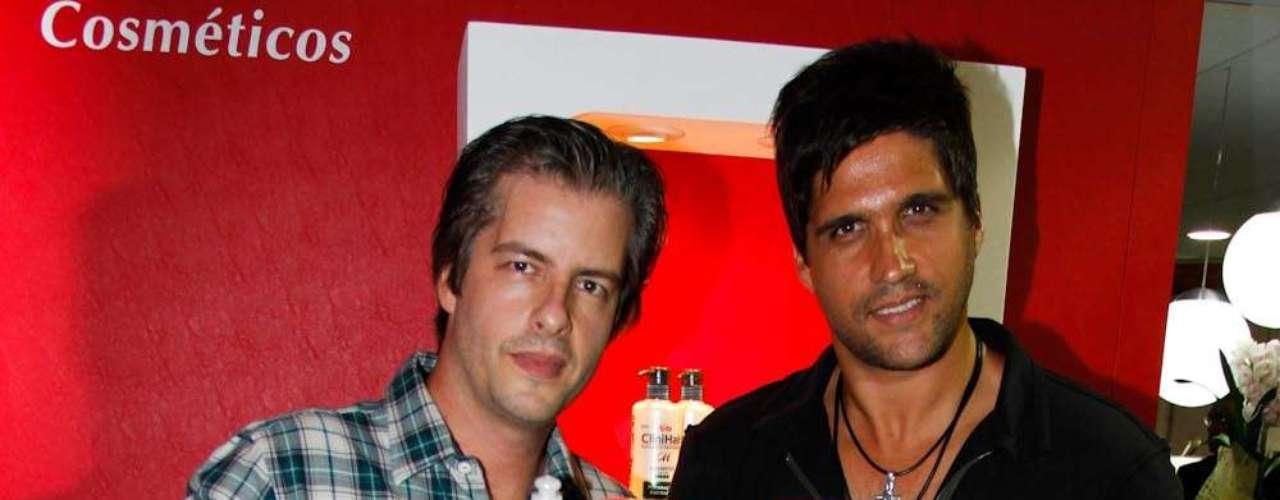 Os cantores Vitor e Leo foram conferir a feira