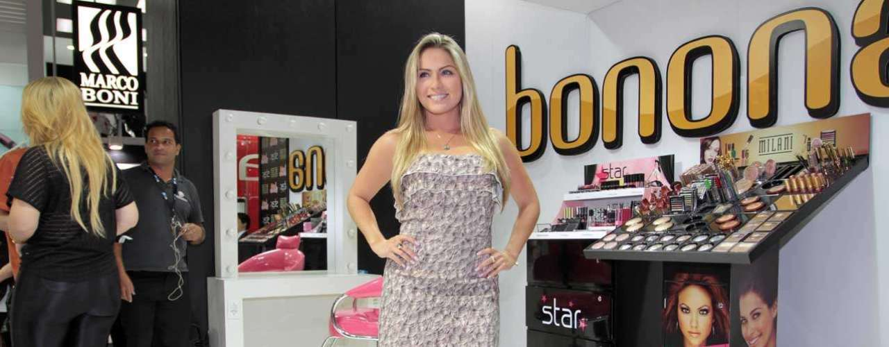 Renata posa na Beauty Fair