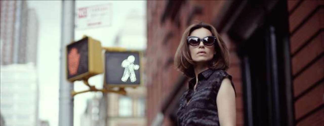 Kasia Smutniak foi clicada com o modelo Highkee de cintura alta