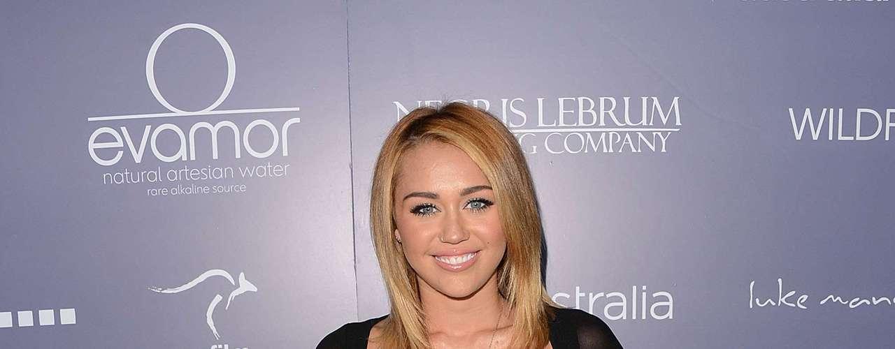 O vestido usado pela cantora Miley Cyrus parece um biquíni costurado a mangas e a uma saia