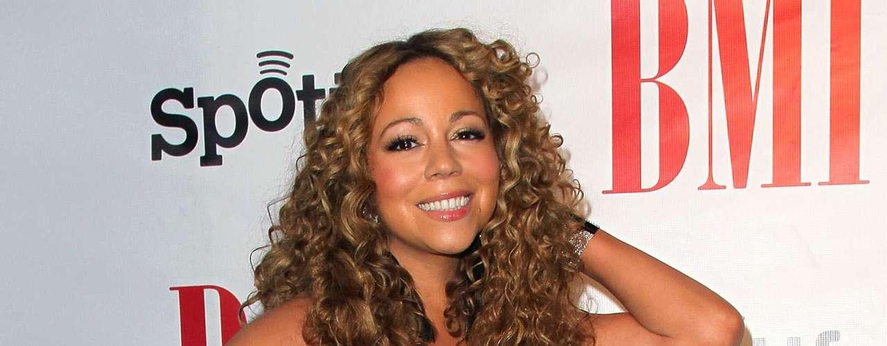 Mariah Carey posa com vestido Herve Leger com recortes discretos na lateral do corpo