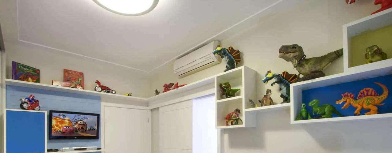 A paixão por dinossauros aparece nos bonecos espalhados pelas prateleiras