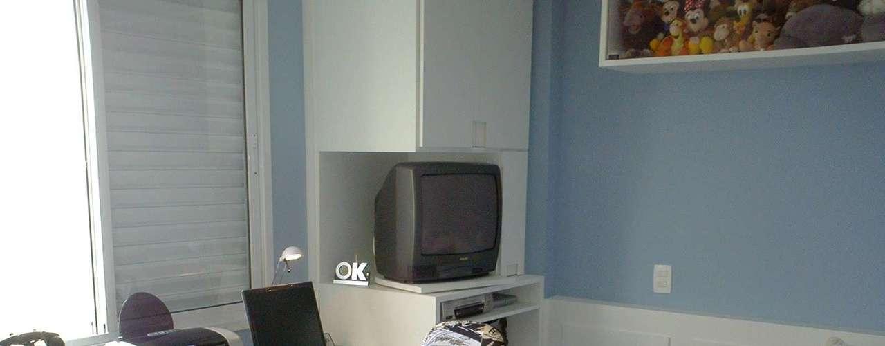 Uma regra para quarto de criança é investir em mobiliário neutro. Foi pensando nisso que a designer de interiores Maria Fernnanda Piti fez este dormitório. A personalidade da criança entra nos detalhes, como a cadeira com revestimento de gibi. Informações: (11) 3884-6176