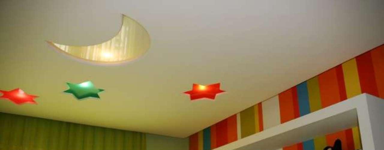 As lâmpadas embutidas foram colocadas em nichos coloridos. Uma solução simples e lúdica, que pode ser mantida até depois que a criança crescer