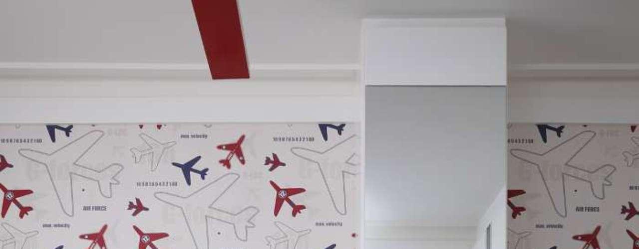 O desenho estilizado do papel de parede dita as cores predominantes do local: azul, branco e vermelho