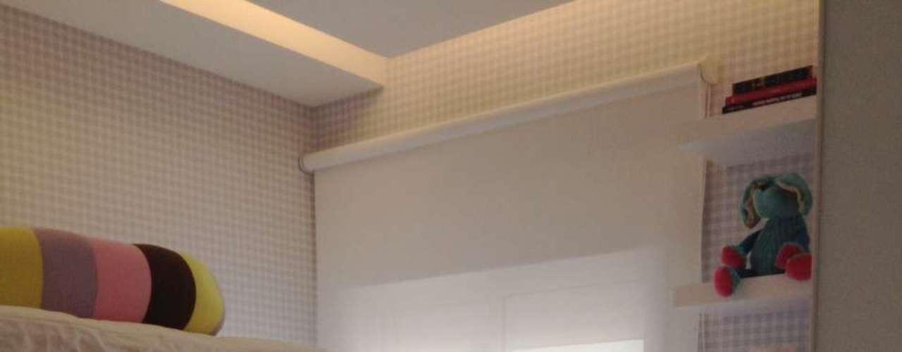 O espaço diminuto foi compensado pelo pé-direito alto, que permitiu o uso de uma cama beliche