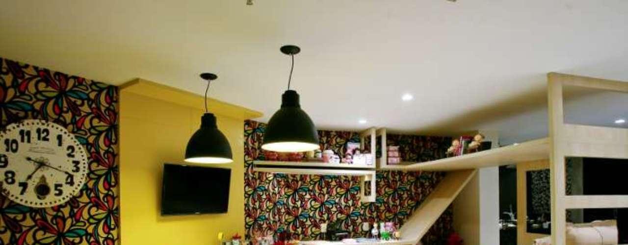 O ambiente amplo e colorido faz parte da loja Todeschini Casa Park, em Brasília, e foi concebido pelo escritório Scalise Arquitetura. A cama é o sonho de consumo de toda criança, vem com bicama e um escorregador. Informações: (67) 3028-4977