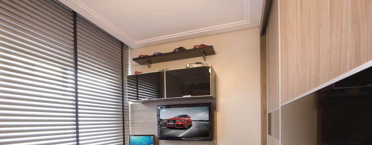 Esse dormitório é bem menor e mais básico. Mesmo assim, foi possível dar o toque do morador com uma prateleira para abrigar a coleção de carrinhos