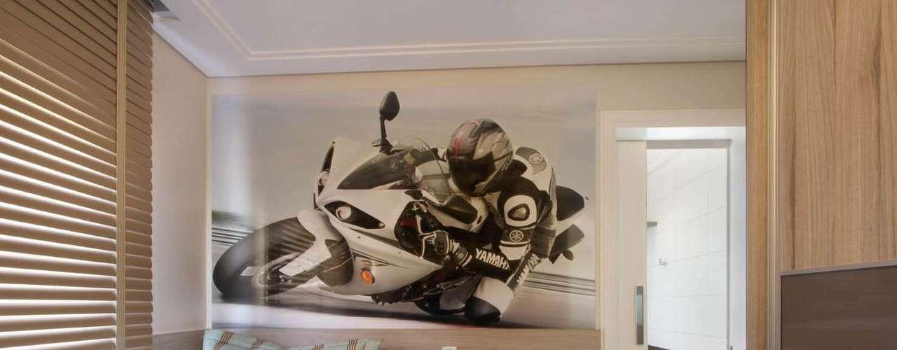 Assim como no quarto com a temática de carros, nesse dormitório o espaço é dominado por miniaturas e imagens de motos. As portas de correr do armário e do banheiro economizam espaço para a circulação