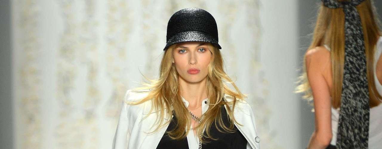 A beleza do desfile de Rachel Zoe foi finalizada com chapéus. Alguns amplos e outros mais discretos. Os cabelos foram apresentados lisos, porém, com movimento. E a maquiagem em tons naturais