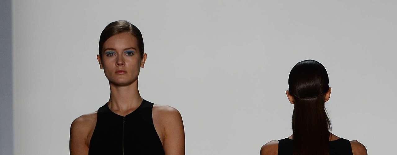 O desfile terminou com uma série de vestidos pretos com, decotes geométricos ultra sensuais
