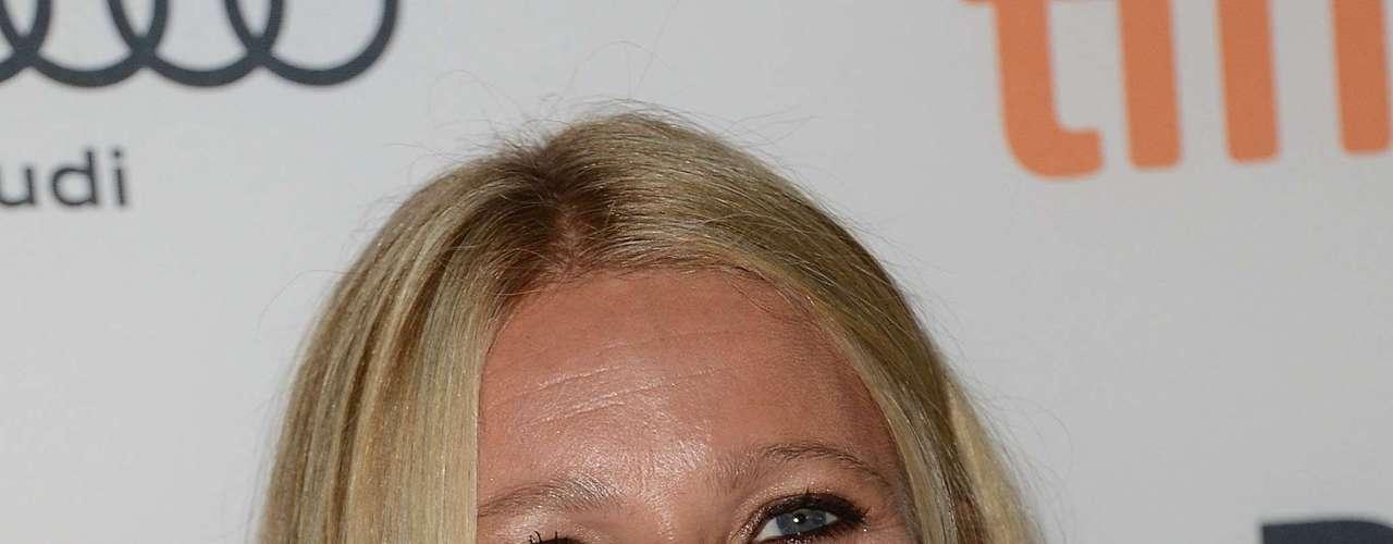 Segundo a revista People, Gwyneth Paltrow é uma atriz consagrada, cantora talentosa e boa cozinheira. Todos os elogios da revista americana foram usados para aleegê-la a mulher mais bem vestida do ano de 2012. Na profissão, a atriz participou de Os Vingadores e filmou Homem de Ferro 3. A vida pessoal também vai muito bem. Gwyneth e o marido Chris Martin, vocalista do Coldplay, compraram uma mansão em Los Angeles.
