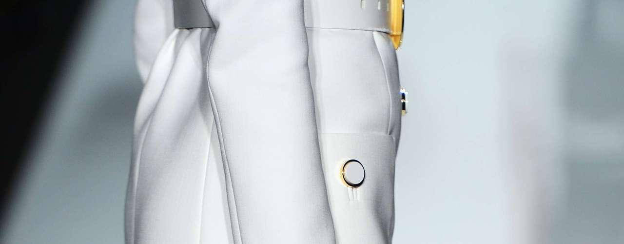 Na novela, Carminha já usou uma bolsa dourada, brilhante e coberta de cima a baixo pela sigla MK. Porém, os novos modelos aparecem mais discretos tanto nos tamanhos quanto nas cores